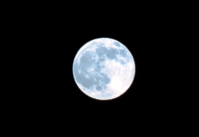 月当空,恰便似嫦娥离月宫,奴似嫦娥离月宫.-吟月三首