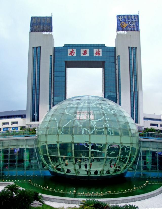 南昌站修建得十分漂亮,地球形地下大厅是出站口图片