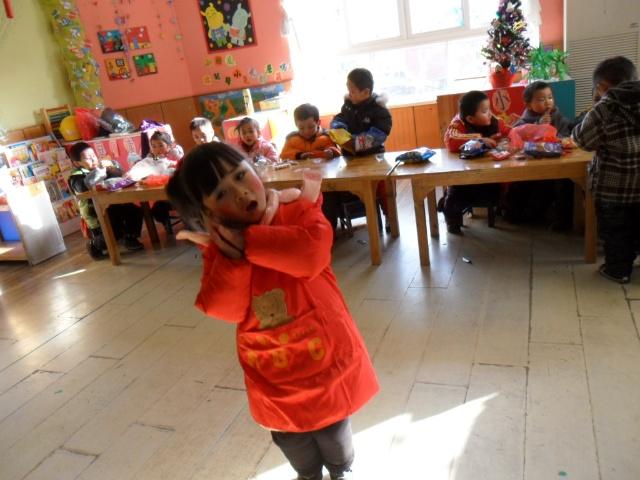 为了迎接新年我们开展了新年联欢会.小朋友们都打扮的漂...
