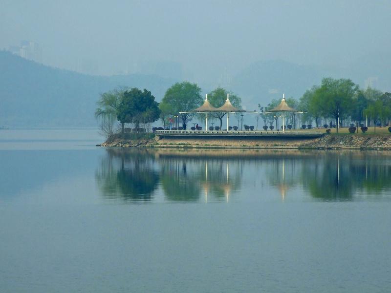 湖水如明镜,亭台树木倒映在湖水中,十分漂亮