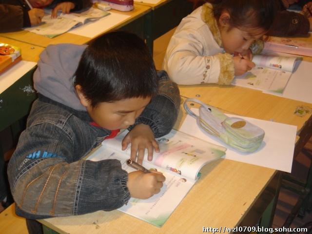 """崔慧玲老师在教学《富饶的西沙群岛》一课,在学习""""海岛&rdquo"""