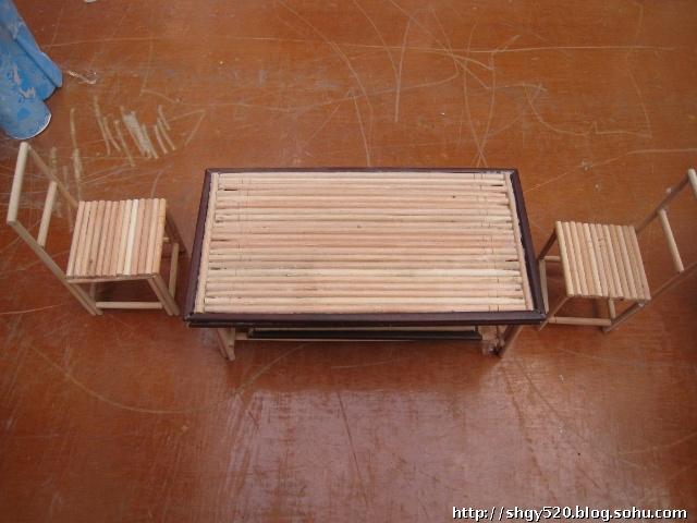 一次性筷子做的桌子和椅子