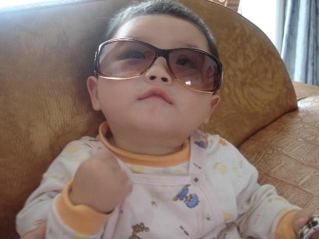 戴墨镜的小男生之我是彤彤-如意家的幸福生活-我的搜狐