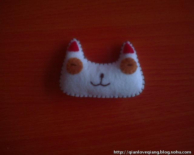 http://shop57688784.taobao.com这上面就是香芋大嘴的背面咯 闲话不说我们来做像框吧1.按照图纸减好所有的部件,我们点一下吧一个白色的底片,两个红色的框,两个白色兔子脸,两个红色的小兔耳朵,两个棕色的眼睛,一个小鼻子(当然你可以不减黑色的用绣法缝上)两个红色的支架布 2.