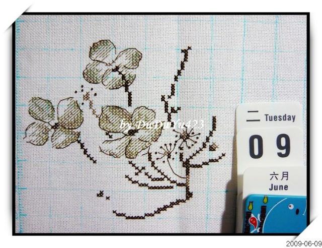 这两天晚上的小小进度,看起来有点铅笔素描画的感觉嘞~~ 这几朵小花