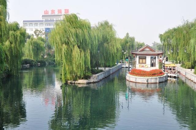其他诸如著名的大明湖,趵突泉,千佛山,五龙潭等,均在市中心大明湖周边