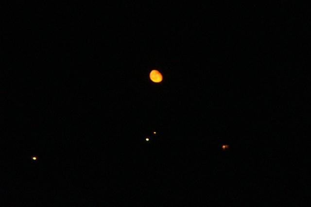 慢慢的,月亮升上树梢, 有一带云穿过, 月亮变成了通体发亮的钵, 系在