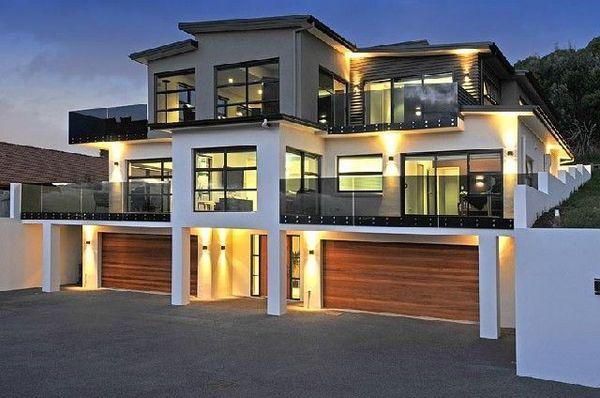 新西兰建筑研究协会是专门研究抗震建筑的机构,其设计的木框架大玻璃轻型建筑造价不高,较能被居民广泛接受,而且这种建筑的优越抗震性能在1987年南岛里氏6.7级地震中得到充分证明。其后,在新西兰政府的大力倡导下,轻型木结构建筑方式得以全面推广,目前新西兰低层和多层住宅主要采用这种建筑方式。今年9月4日凌晨,新西兰南岛再次发生里氏7.