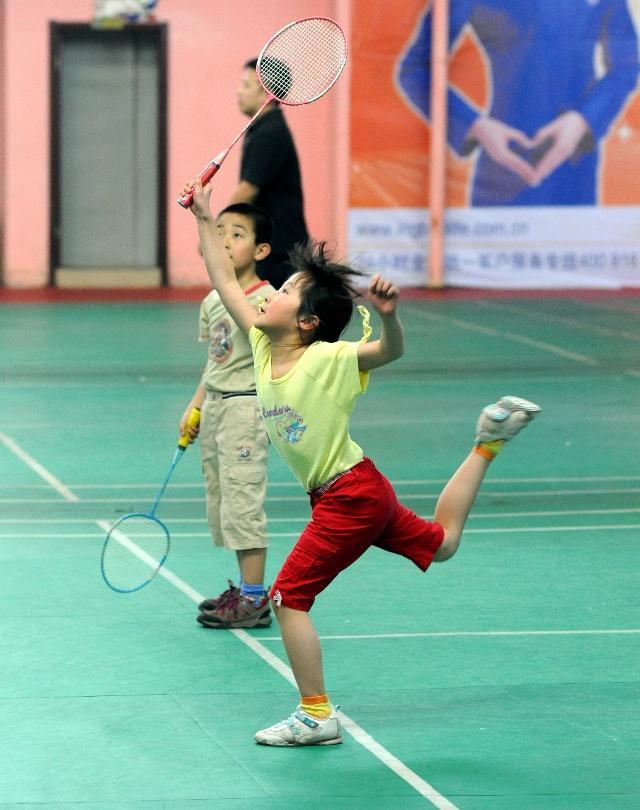 带孩子打打羽毛球