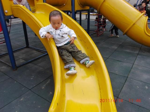 幼儿园玩滑梯不排队卡通图片