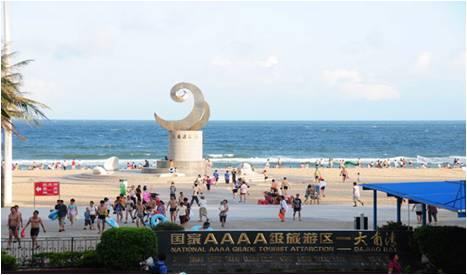 此乃大名鼎鼎的大角湾海滨浴场,与北洛湾相邻(箭头处为北洛湾)