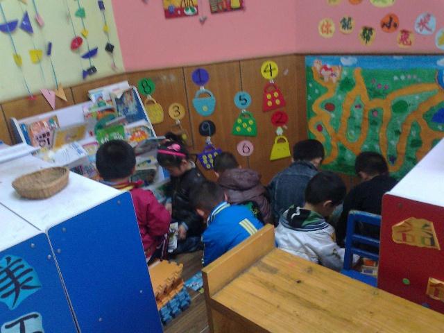 幼儿区角手工制作区图片