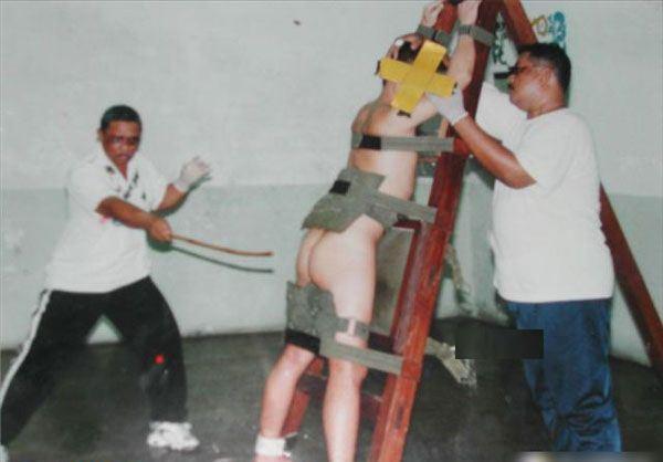 超恐怖的新加坡鞭刑 新加坡鞭刑的行刑部位是罪犯裸露的臀部.-实拍