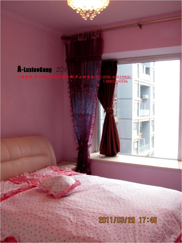 臥室,由淺紫色的墻漆以及粉紅色的窗套和軟包家具