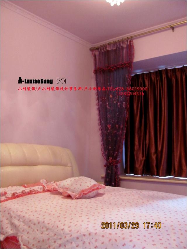 由浅紫色的墙漆以及粉红色的窗套和软包家具共同演绎