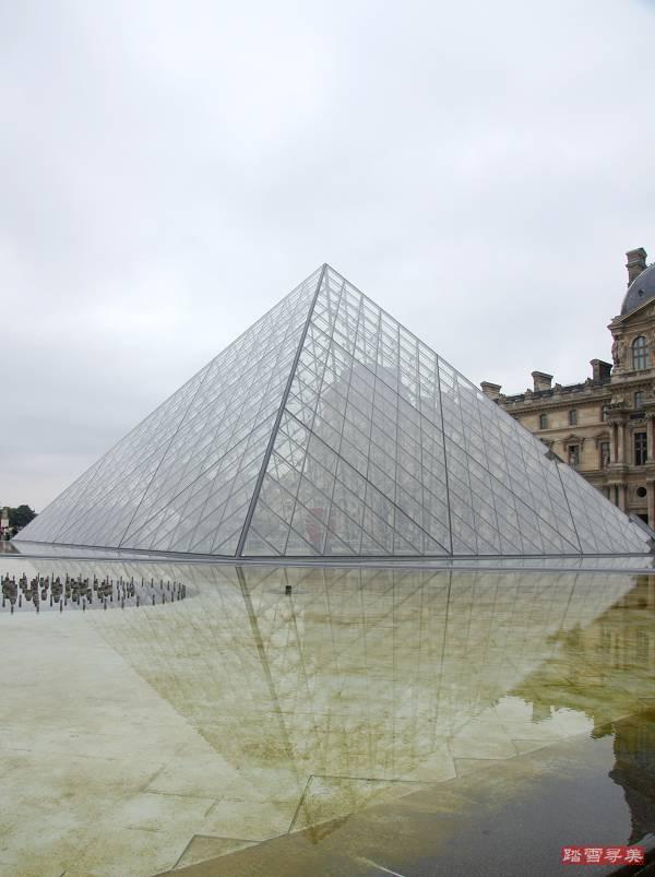 进到玻璃金字塔下面,发现大师的设计确实高超,在外面看到的是